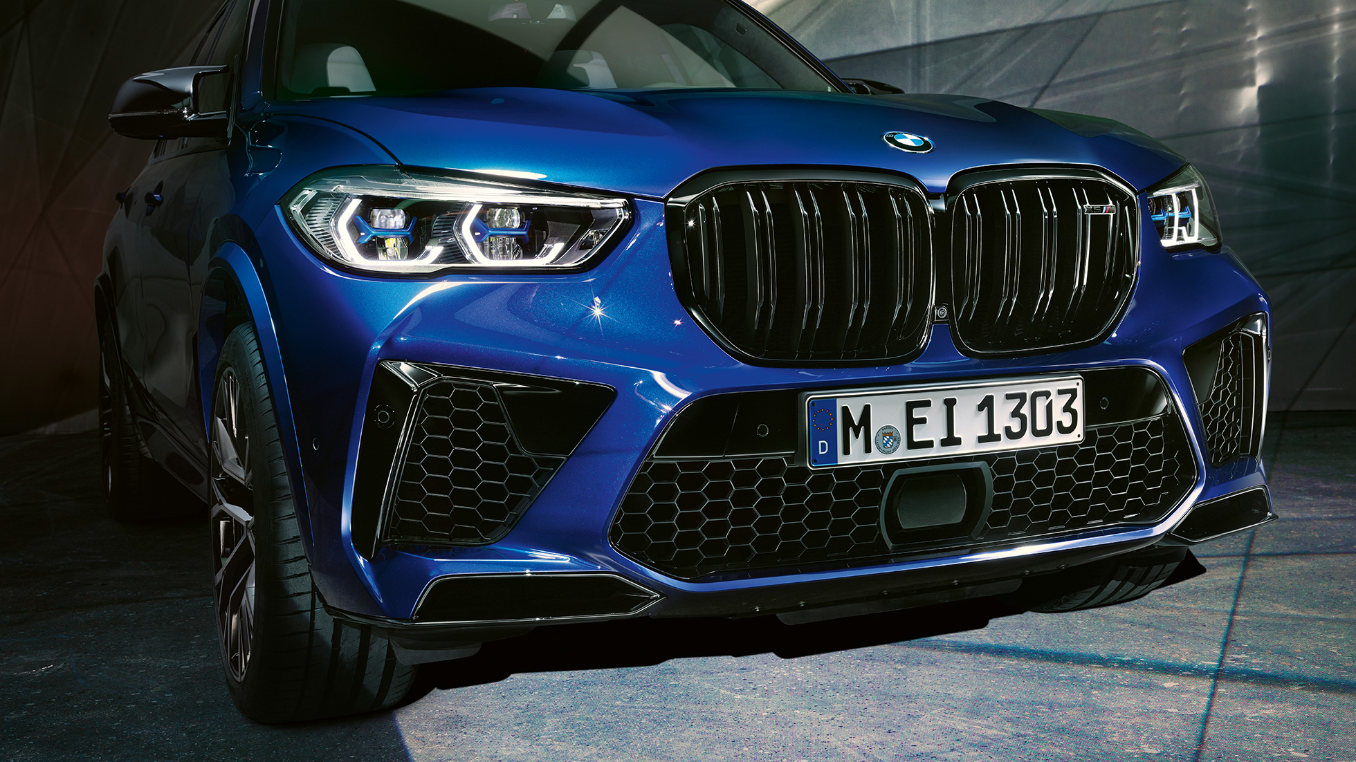 M double kidney grille BMW X5 M Competition F95 Marina Bay Blue metallic close-up front