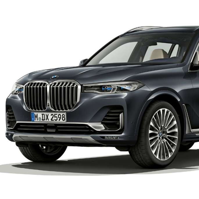 Studio shot of the BMW X7 three-quarter front view in Design Pure Excellence
