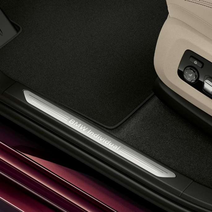 Close-up of the door sill of the BMW X7 with BMW Individual xDrive40i features