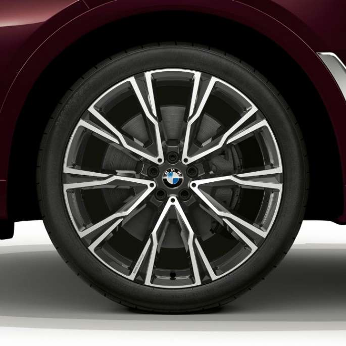 Close-up of the light alloy wheel of the BMW X7 with BMW Individual xDrive40i features